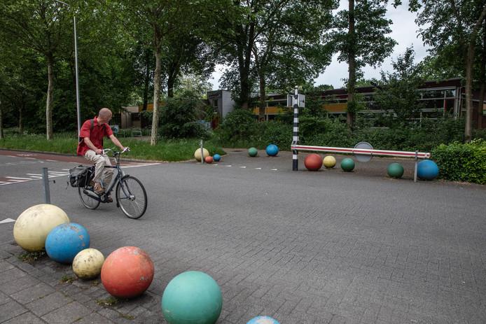 Pal voor basisschool de Werkschuit in Zwolle werd een verdachte door een arrestatieteam in de boeien geslagen. Kinderen en ouders zagen het gebeuren.