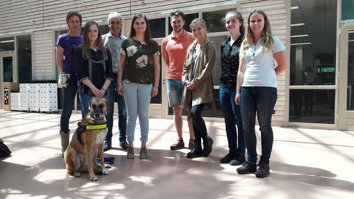 De groep studenten aan de HAS Hogeschool die onderzoek deed naar beweging en rust van assistentiehonden en huishonden. Links docent Manon de Kort met haar assistentiehond Mila. Derde van links docent Charles Krijnen.