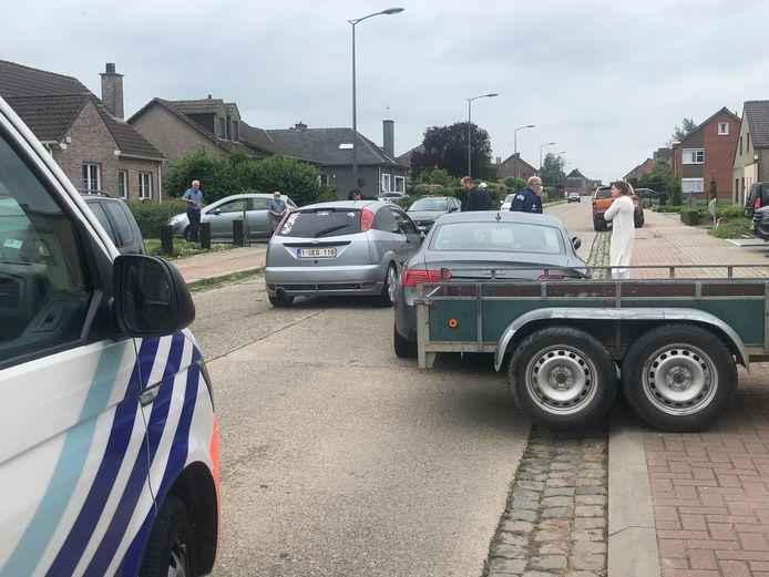 De bestuurster van de Focus raakte de aanhangwagen van een geparkeerde auto.