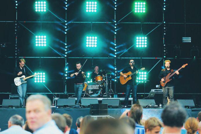 Blunt:Pieter Nuyttens (leadvocals, keys, guitar), Yannick Swennen (violin, backingvocals), Jeroen Huyzentruyt (guitars), Stijn Deldaele (bass, backingvocals), Gino Verstraete (drums, backingvocals).