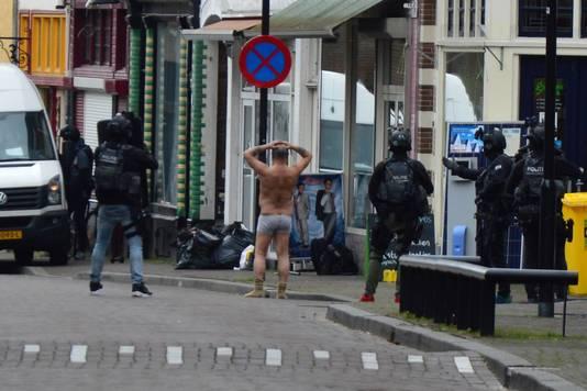 De man in onderbroek wordt ingerekend door een arrestatieteam in Arnhem.