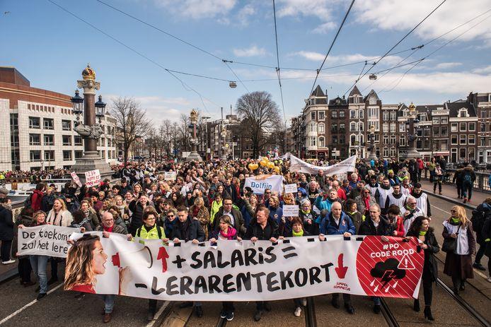 Leraren gingen al menigmaal de straat op om meer salaris te eisen, zoals hier in Amsterdam.