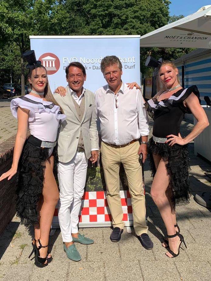 De Brabantse Forum-gedeputeerde Peter Smit laat zich op 29 juli fotograferen met de Oisterwijkse politicus Kim Tjoa en twee onbekende dames