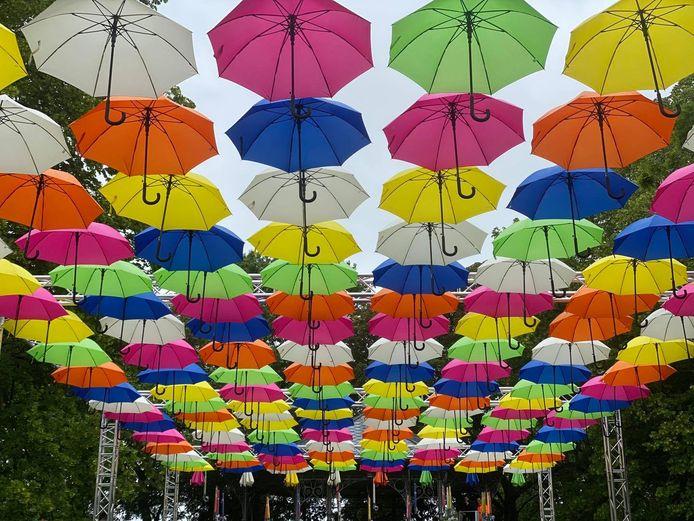 Wat denk je van een foto onder deze kleurrijke paraplu's?