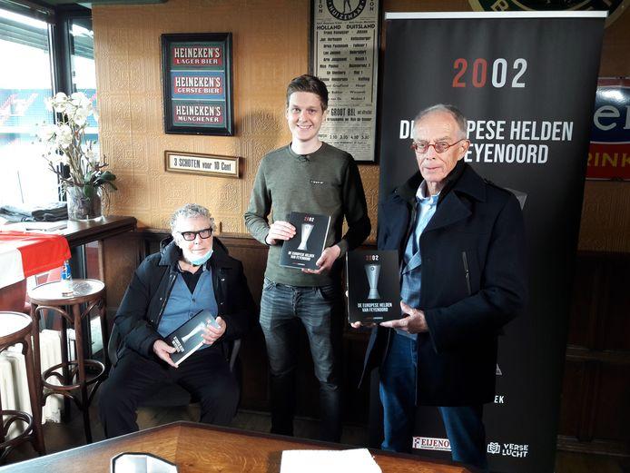 Oud-verzorger Gerard Meijer, journalist Jesper Langbroek en voormalig 'TD' Rob Baan bij de presentatie van het boek over de UEFA Cup-winst van Feyenoord in 2002.