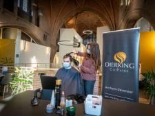 Kapper knipt haren in Arnhemse kerk om aan grote vraag te voldoen: 'Unieke ervaring'