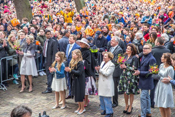 Een beeld uit een gevoelsmatig ver verleden: de koninklijke familie begeeft zich in 2016 onder het volk tijdens Koningsdag in Zwolle.