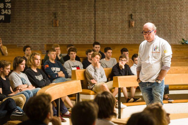 Jean-Louis Coppers spreekt over zelfmoordpreventie op een Gentse school.