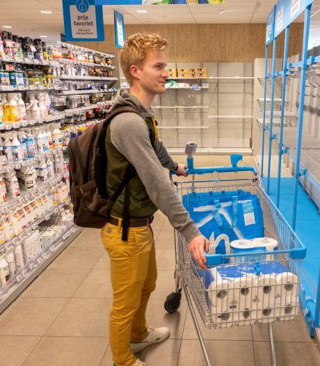 WC-papier massaal ingekocht, schappen in supermarkt leeg