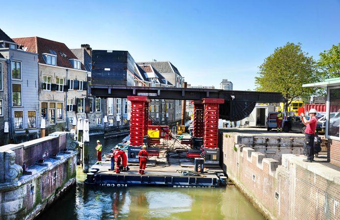 De klep van de Engelenburgerbrug is dinsdag opgevijzeld en uitgevaren voor een opknapbeurt in Rotterdam.