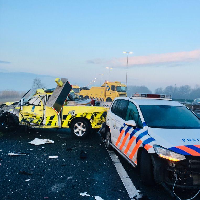 Pick-uptrucks van weginspecteurs worden tien keer per jaar total loss gereden door mensen die een rood kruis negeren. Beeld Rijkswaterstaat