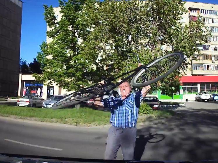 Un cycliste furieux attaque une voiture avec son vélo