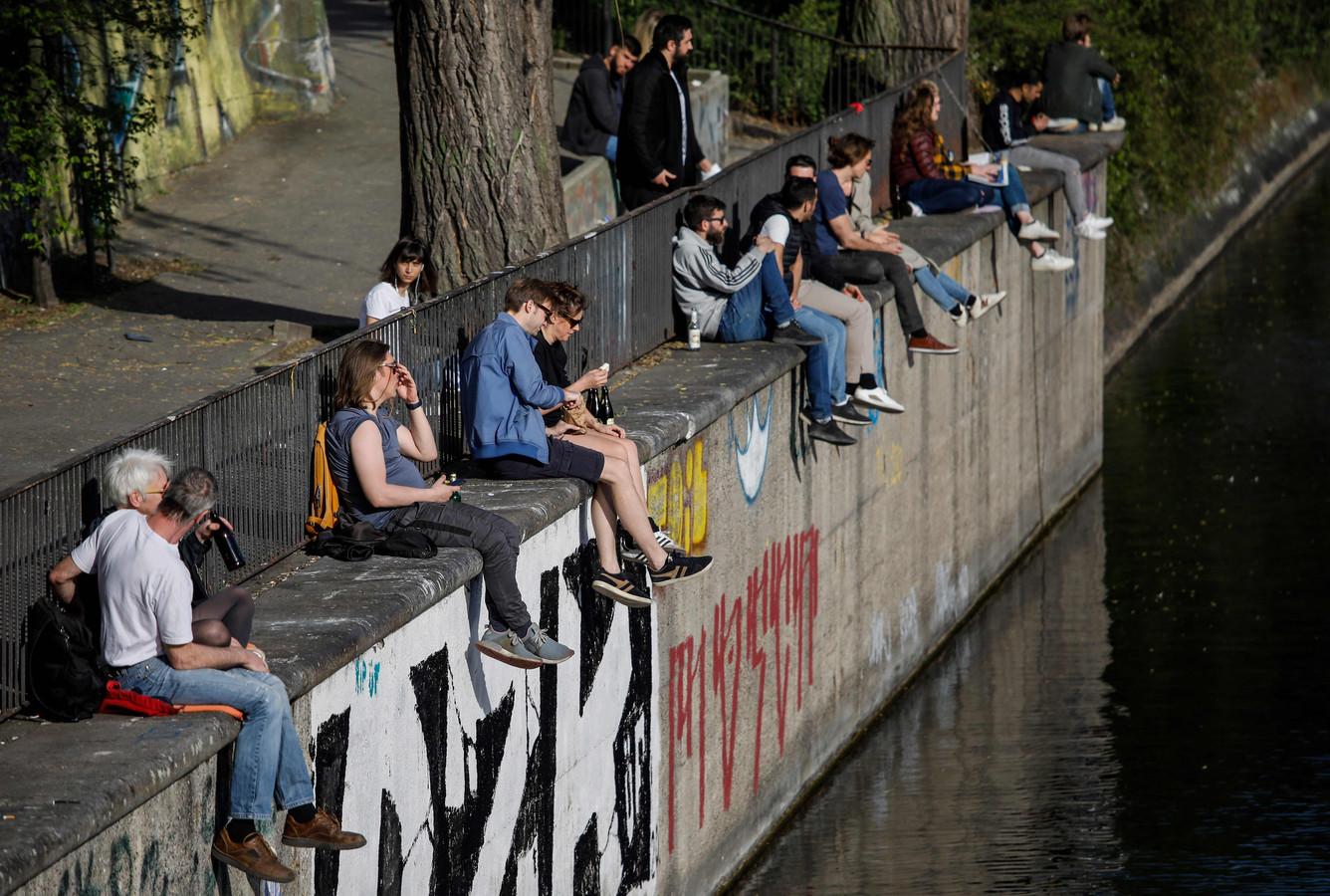 Malgré la pandémie, de nouveaux habitants sont allés profiter du soleil le long du canal à Berlin