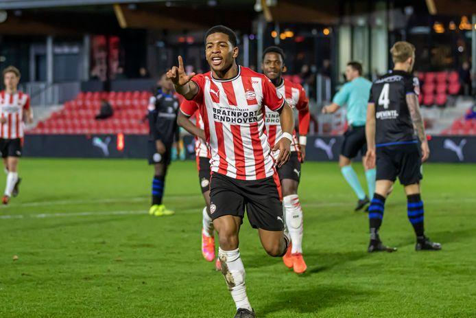 Shurandy Sambo is blij na zijn goal voor Jong PSV.