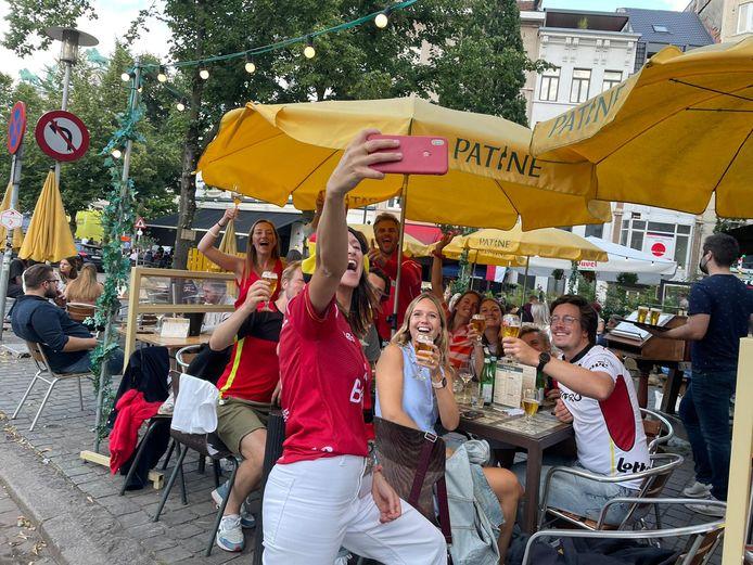Feest! Margaux Vanhecke viert samen met vrienden familieleden van haar vriend Nicolas De Kerpel de gouden medaille van de Red Lions in bistro Patine.