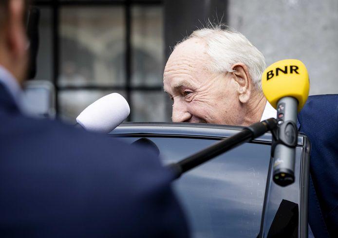 Informateur Johan Remkes verlaat het gebouw van de Tweede Kamer na afloop van gesprekken over de kabinetsformatie.