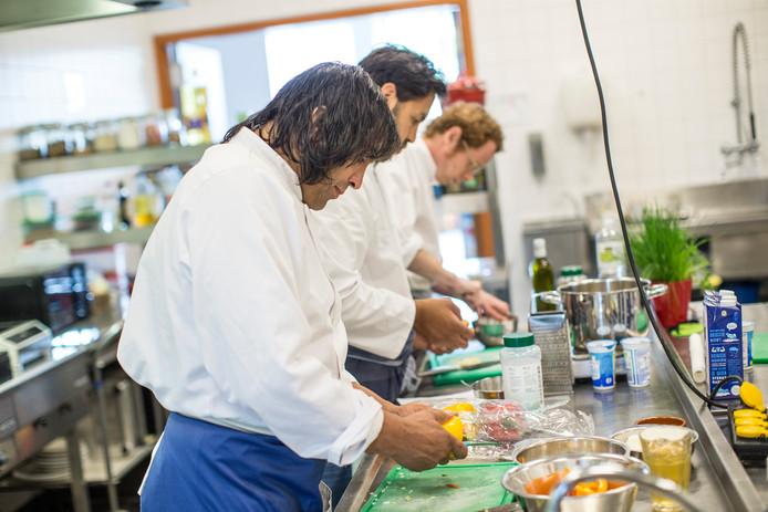 Leerling-koks aan het werk in het leerbedrijf en restaurant van Wijkcentrum Waterkracht.