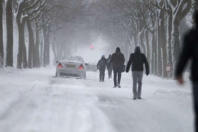 Honderden automobilisten raakten vast in de sneeuwstorm in de buurt van Cherbourg. Beeld AFP