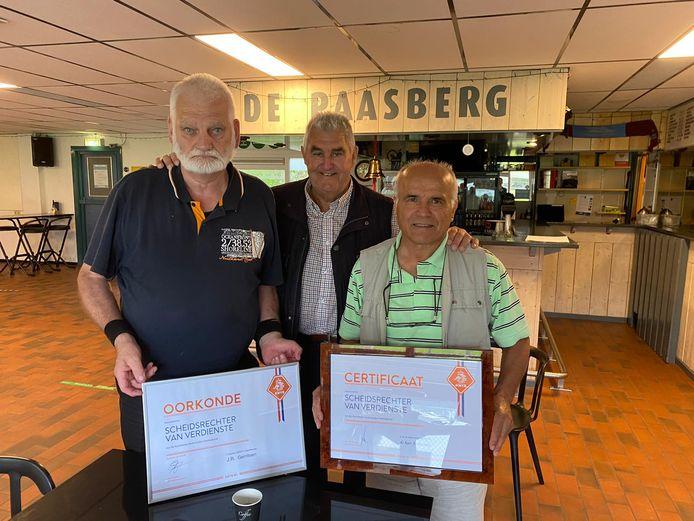 Johan Gerritsen (l) en Ali Bozdag (r) zijn onderscheiden door de KNVB vanwege veertig jaar fluiten in het amateurvoetbal. Op de achtergrond oud-scheidsrechter Ben van der Horst.