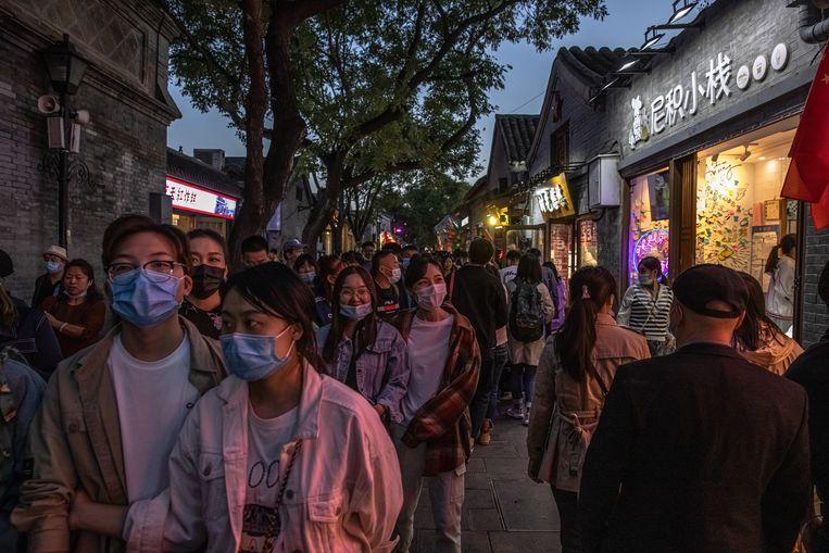 Chinese toeristen wandelen in dikke drommen door Nanluoguxiang. Beeld EPA