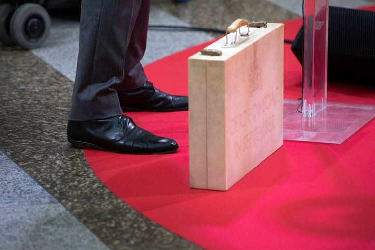 Het koffertje met het opschrift 'Derde dinsdag in september' en de schoenen van minister van financiën Wopke Hoekstra (CDA).  Beeld Werry Crone