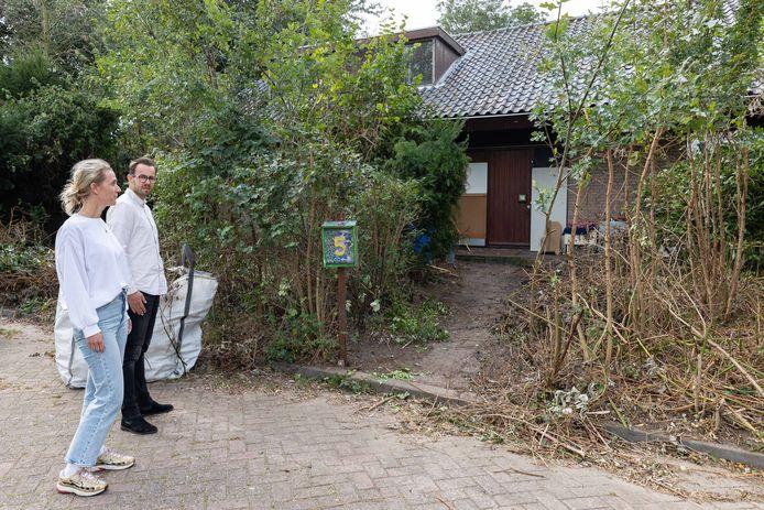 Buren bij het gekraakte pand aan de Van 't Hofflaan in Berkum. De lokale VVD-fractie vindt dat ze beter bijgestaan moeten worden.