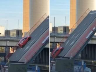 Met samengeknepen billen: nieuwe videobeelden tonen hoe auto met gezin van brug schuift en tuimelt
