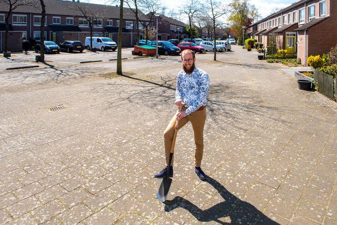 Joeri Meliefste, adviseur Klimaatadaptatie en stedelijk groen bij adviesbureau Sweco, dat onderzoek doet naar een overvloed aan steen in de stad. Hup met de schep de tegels eruit wippen!