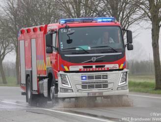 Kilometerslang oliespoor tussen Veurne en Ieper, brandweer druk bezig met opkuis