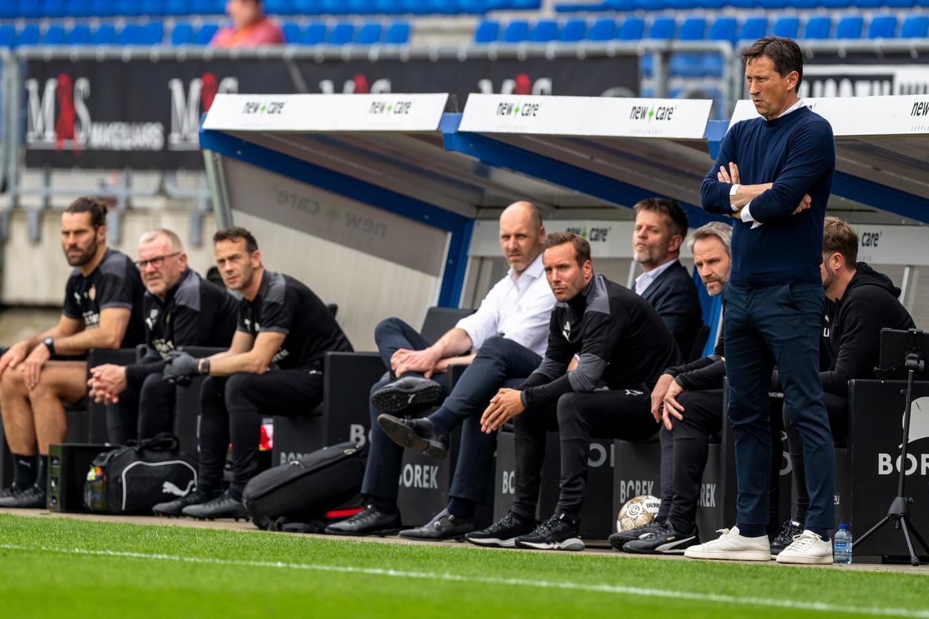 De technische staf van PSV tijdens het duel met Willem II.