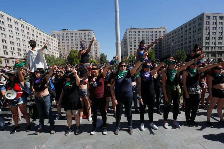Vrouwen in de Chileense hoofdstad Santiago de Chile dansen het feministische strijdlied 'Un violador en tu camino'.  Beeld Getty Images
