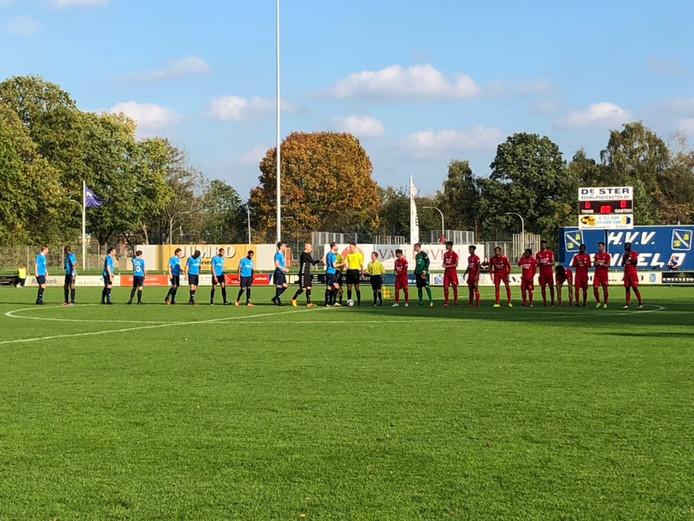 De spelers van Jong FC Twente en ASWH wensten elkaar succes, voordat het duel begon. Uiteindelijk deelden beide teams het succes door een 2-2 eindstand.