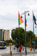 Ook aan het Kolonel Dusartplein is de regenboog aanwezig.