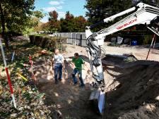 Graven worden geruimd in Hardinxveld: stoffelijke overschotten in verzamelgraf