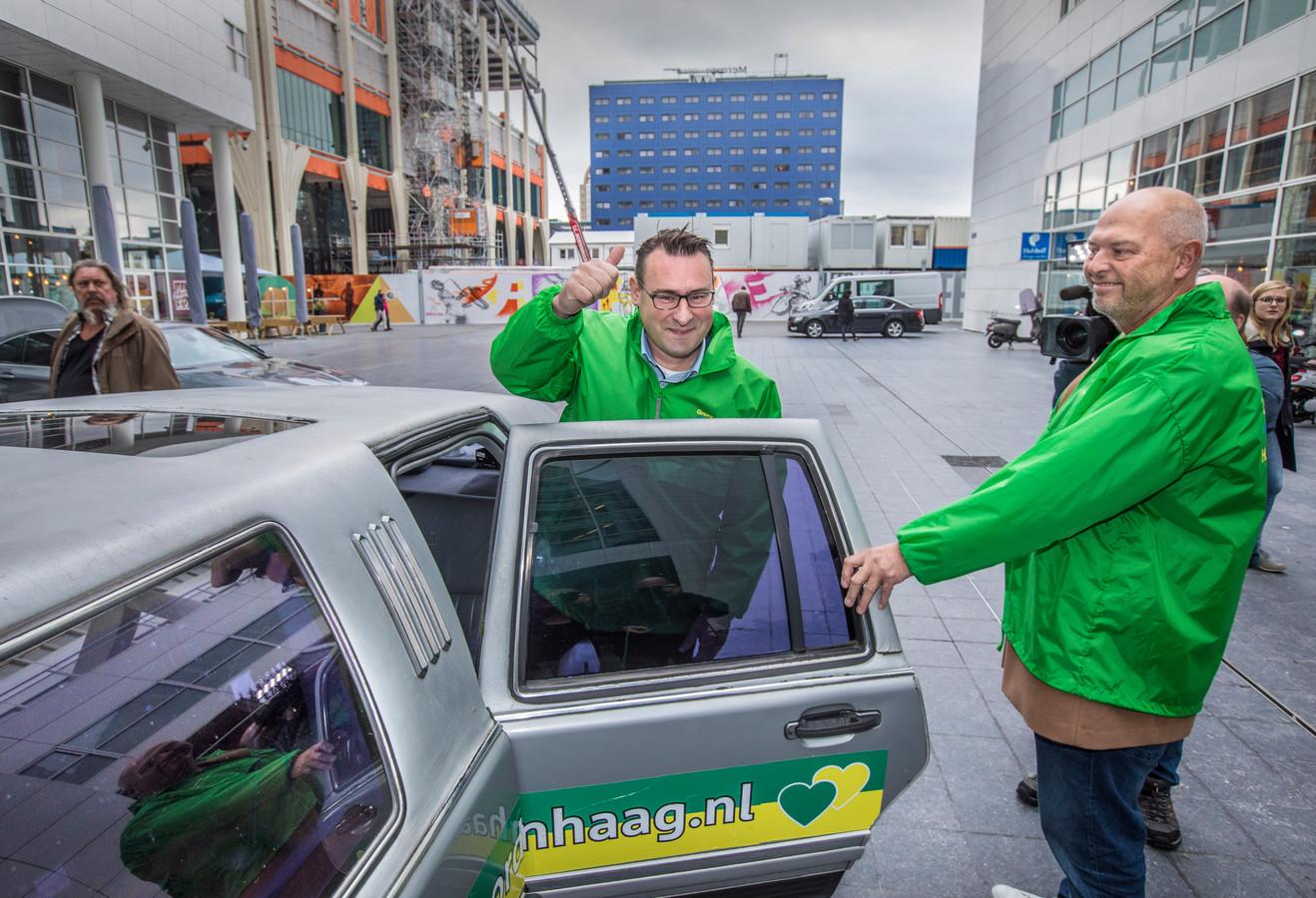 De twee wethouders Richard de Mos en Rachid Guernaoui hebben woensdagochtend op het stadhuis in Den Haag hun ontslag ingediend. Ze arriveerden per limousine.