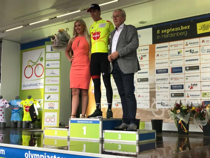 Pascal Eenkhoorn in de leiderstrui op het podium na de etappe rond Hardenberg.