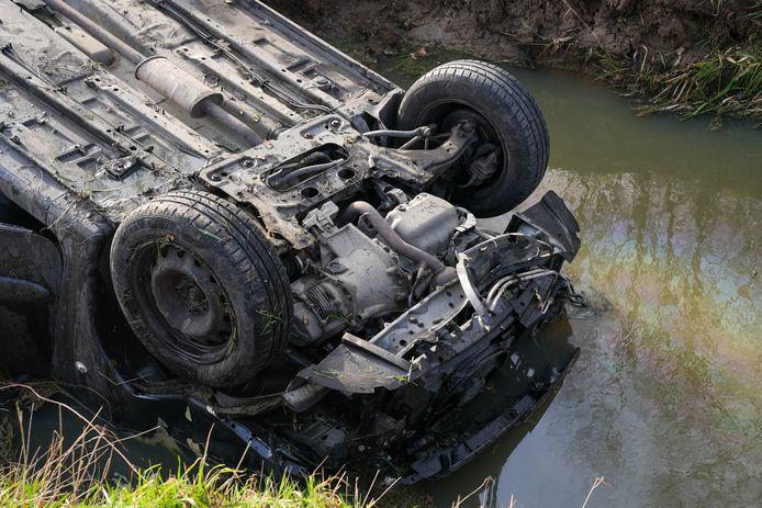 De auto belandde op zijn kop in de sloot.