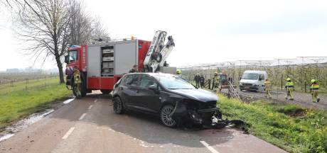 Auto raakt van de weg en komt in sloot terecht langs Tielerweg