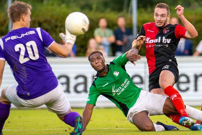 De Treffers-Scheveningen: Coen Maertzdorf schiet de 1-0 namens De Treffers binnen.