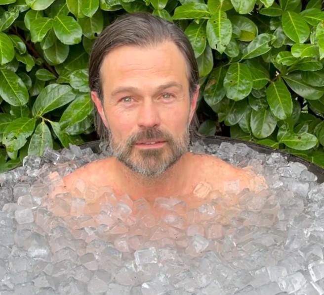 Arie liet zijn volgers eerder al getuige zijn van een ijsbad.