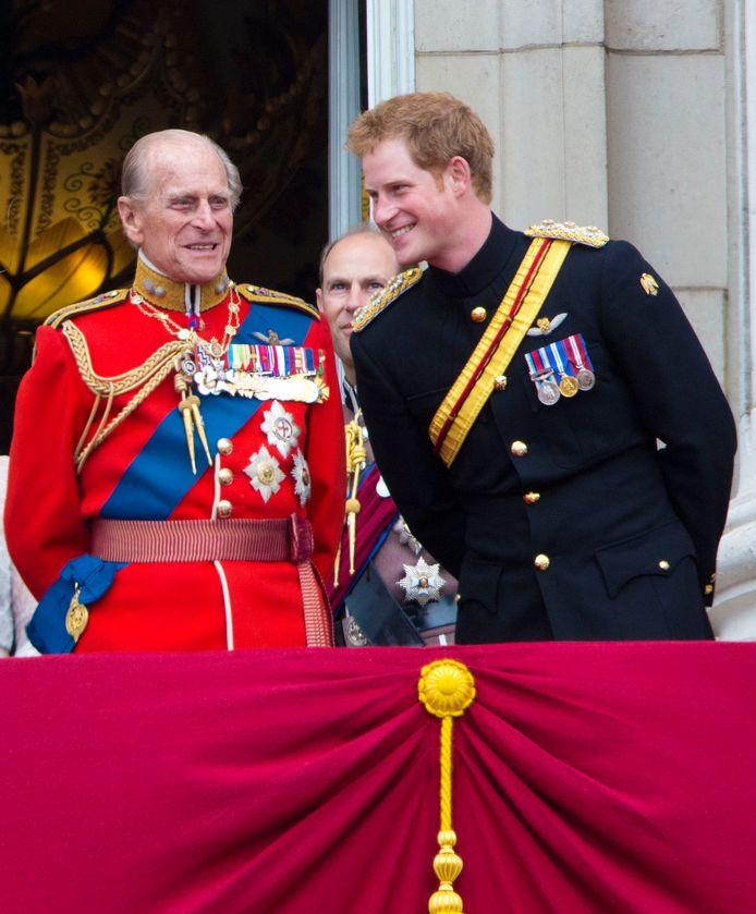 Prins Philip met z'n kleinzoon Harry op het balkon van Buckingham Palace in juni 2014.