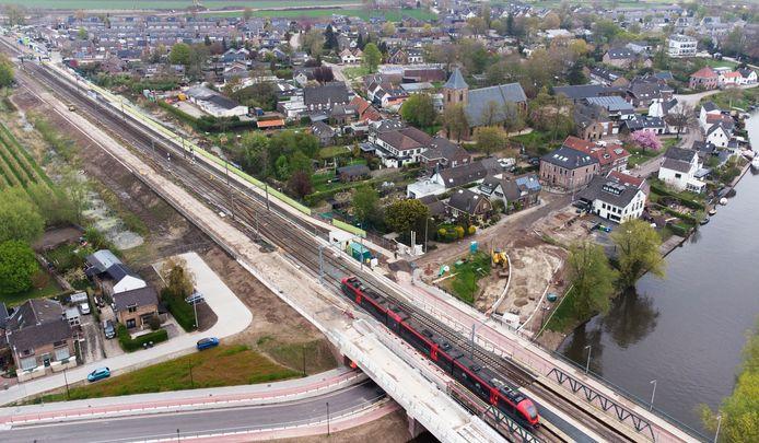 De aanleg van de definitieve toegangsweg naar de tunnel in de Lingedijk in Tricht is begonnen. Foto William Hoogteyling