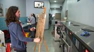 Kunstenaar maakt van wassalon zijn atelier
