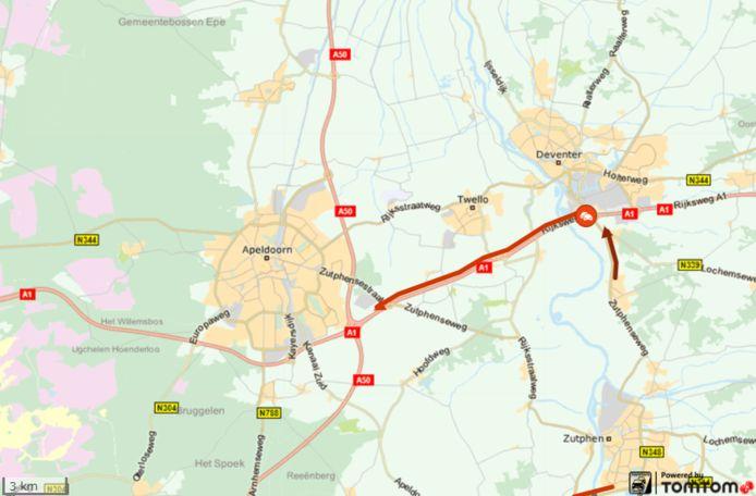 Het ongeluk veroorzaakt een flinke file op de A1 tussen Hengelo en Apeldoorn.