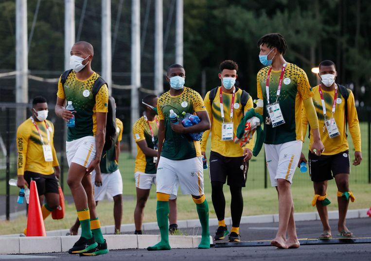 Leden van het Zuid-Afrikaanse voetbalteam. In hun ploeg werd het eerste positieve coronageval onder atleten geconstateerd.  Beeld AP