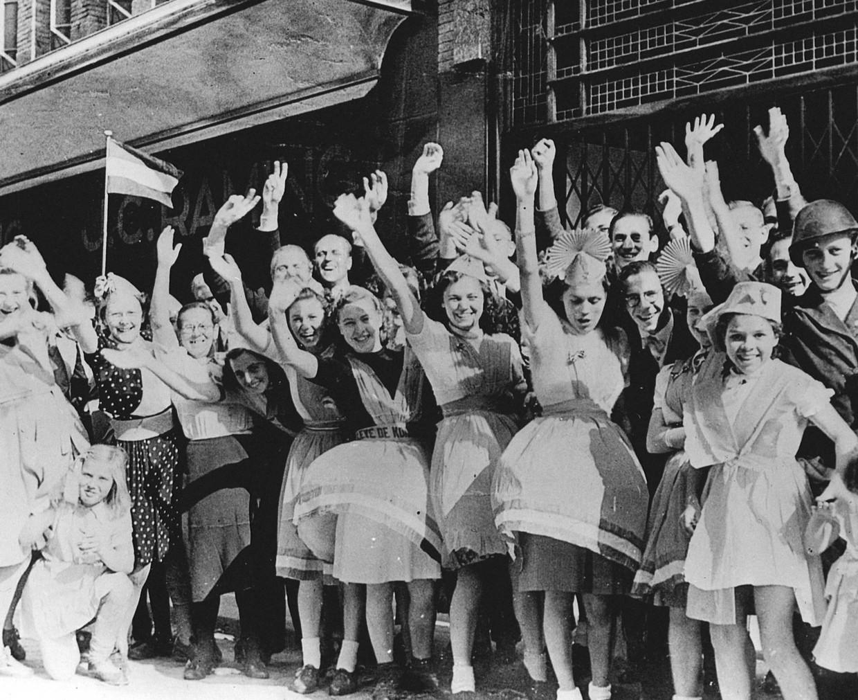 Een juichende menigte verwelkomt het Britse legerkorps in Eindhoven.