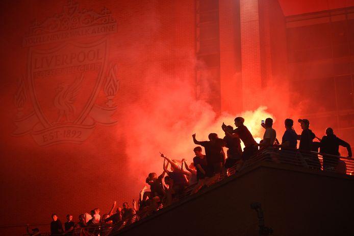 Fans van Liverpool vieren de langverwachte titel.