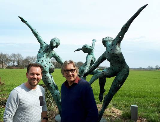 Leon Vermunt (rechts) en Ruben van de Ven, initiatiefnemers van Ouwe Sok, kunstwerk voor Roosendaal 750 jaar, poseren voor ander kunstwerk dat dezelfde kleur heeft dat de Ouwe Sok waarschijnlijk gaat krijgen.
