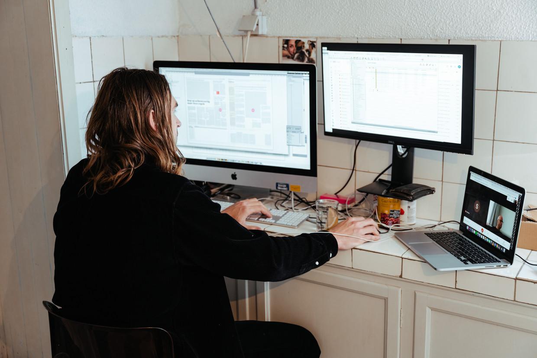 Wie thuiswerkt kan inventief zijn om de ideale werkplek te installeren. Beeld Damon De Backer