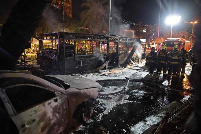 Een bus in de voorstad Holon van Tel Aviv brandde volledig uit na de inslag van een raket vanuit Gaza.
